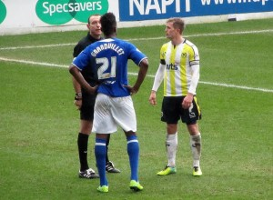 The referee speaks to Gnanduillet and Mansell