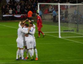 Wayne Rooney makes it 2-0